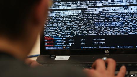 Hacker mirando una pantalla de ordenador