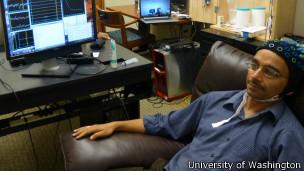 """El """"emisor"""" envía señales cerebrales al """"recibidor"""" conectados a través de internet"""