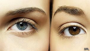 Mujer con hombres azules y otra con ojos marrones