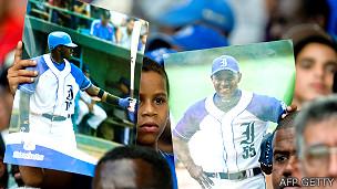 Niño en Cuba en un partido de béisbol de Industriales