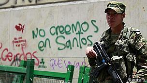 Soldado patrulla en una calle de Bogotá