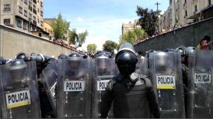 Policías resguardan una protesta de maestros en México