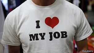Hombre con camiseta de trabajo. Foto de archivo