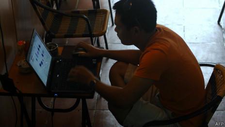 Usuario se conecta a internet en un café de Hanoi, Vietnam