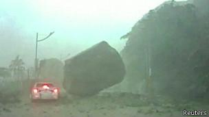 Pedra quase atinge carro em delizamento na costa de Taiwan | Foto: Reuters