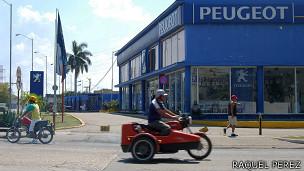 Un concesionario de autos en La Habana