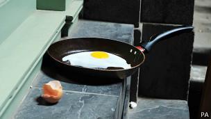 Huevo frito por el calor reflejado por un rascacielos