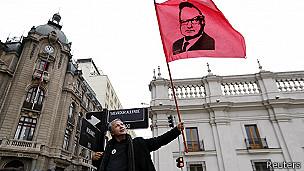 Hombre con cartel de Allende