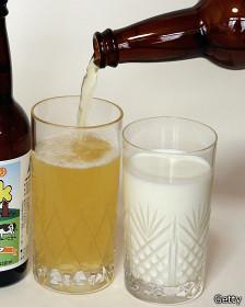 Vasos de leche y cerveza