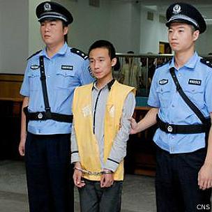 刘双云(中)在汕头市中级法院听判(中新社图片6/9/2013)