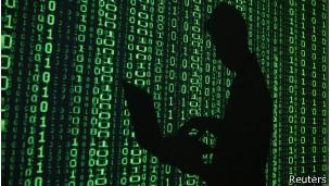 Silueta de un hombre consulta una computadora