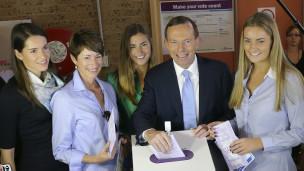Tony Abbott na familia yake wakipiga kura