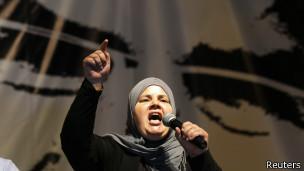 Mubarka Brahim, veuve du député assassiné en juillet, Mohamed Brahimi, s'adressant à plusieurs dizaines de milliers de manifestants samedi 7 septembre.