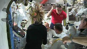 astronautas en la estación espacial.