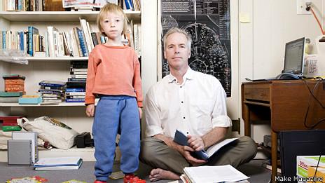Hugh Rienhoff con su hija (cortesía Make Magazine)