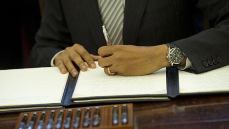 Barack Obama firmando