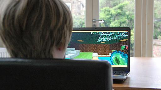niño frente a computadora jugando Minecraft