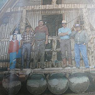 Walter Suárez y varios hombres, en la casa sobre barriles.