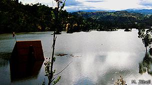 La casa flotando en mitad de un lago.