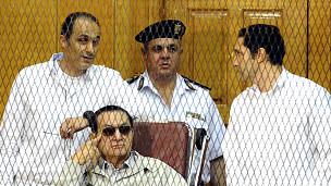Hosni Mubarak junto a sus hijos