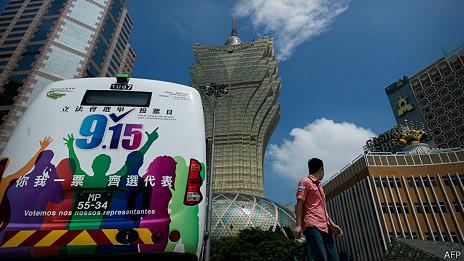 澳门葡京赌场外一辆贴上官方选举宣传广告的巴士(11/9/2013)
