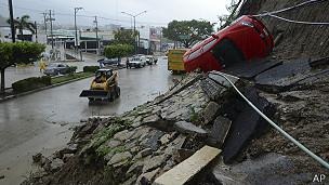 derrumbe en calle de Acapulco por lluvias de la tormenta Manuel