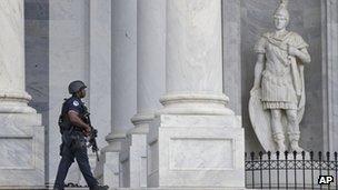 Un policía patrulla en el Capitolio