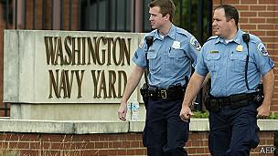 Policía delante del edificio