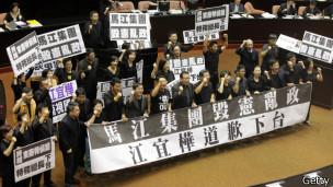 民进党立委占据立法院讲台