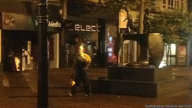 El payaso en las calles de Northampton