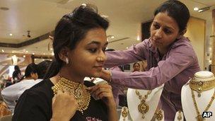 Una mujer se prueba un collar de oro