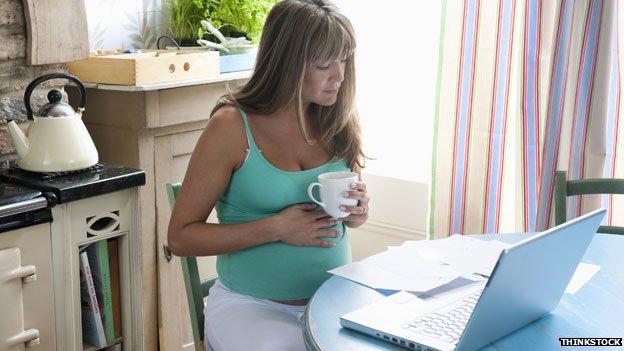 Mujer embarazada tomando café