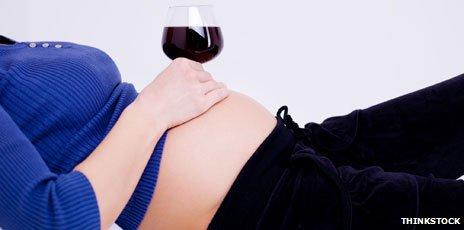 Embarazada con una copa de vino