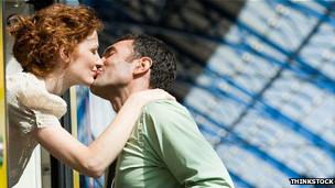 Una pareja se besa.