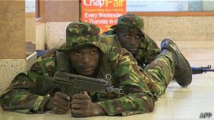 Com 68 mortes confirmadas em ataque, cerco a shopping no Quênia continua