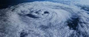 االکوارث الارضية من الاعاصير والفيضانات والزلازل  - صفحة 7 130923145304_satellite_view_superstorm_310x130_bbc