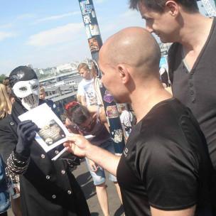 autor mascarado e leitores | Divulgação