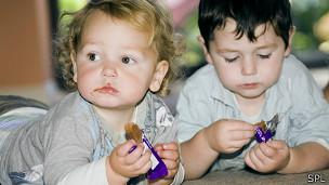 Niños comiendo chocolate