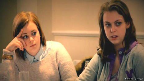 Dos chicas jóvenes con artritis