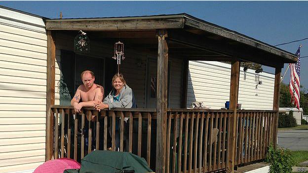 Michael Breeden y su novia Samantha en su casa móvil