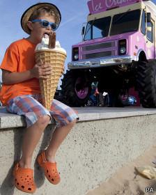 Chico comiendo un helado enorme