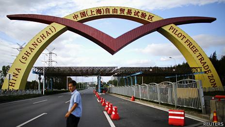 上海自由贸易区入口牌楼(25/9/2013)