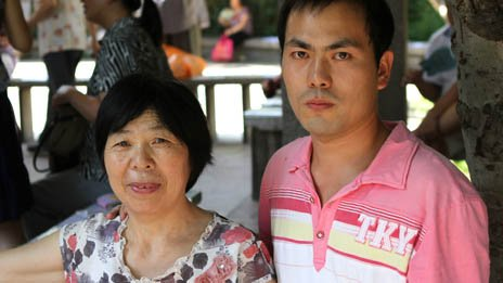 张俊飞和母亲在玉渊潭相亲会上