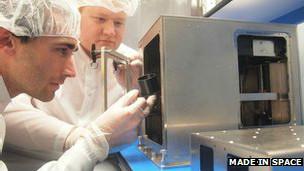 La impresora 3D - Como fabricar en 3D y aplicar en Medicina 130930112744_3d_printer_in_space_304x171_madeinspace_nocredit