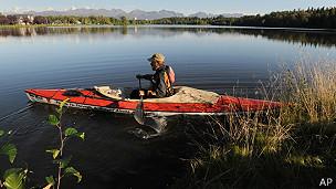 hombre en canoa en un lago