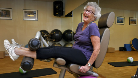 80岁的瑞典老人玛丽安做健身