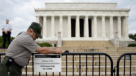 guardaparques coloca cartel de cerrado en monumento a Lincoln en Washington DC