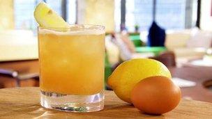 Coctel, limón y huevo
