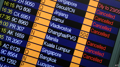 Pantalla de llegada/salida de vuelos en aeropuerto