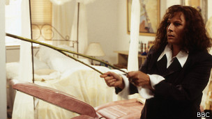 El personaje de Edwina de la comedia Absolutamente Fabuloso apela a la radiestecia para encontra el traje ideal en su armario.